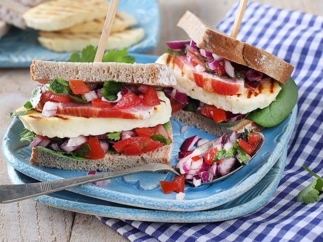 Éljen a grillsajtos szendvics nap!