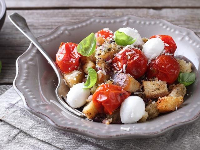 Mutatjuk, mi legyen ma vacsorára: Panzanella – olasz kenyérsaláta, egy kis csavarral
