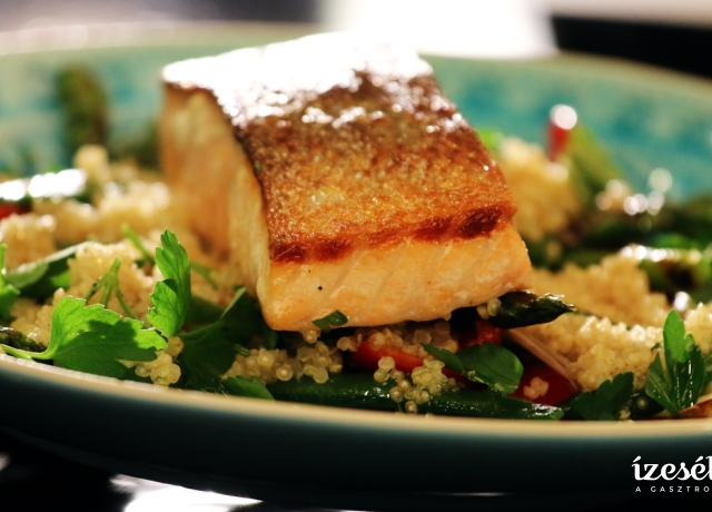 Ropogós lazacfilé quinoával és grillezett zöldségekkel