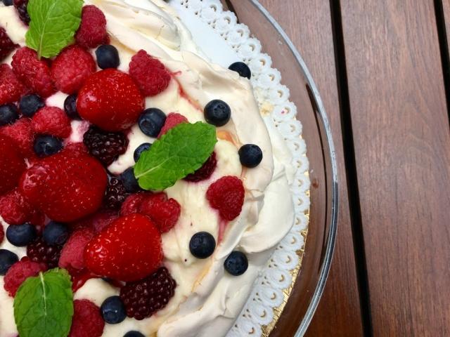 Egy tökéletes nyárindító desszert: Erdei gyümölcsös Pavlova lime-os mascarponéval