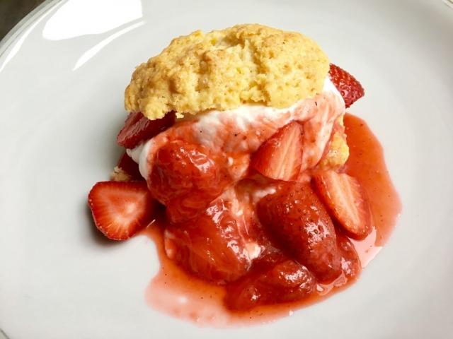 Krémes is, habos is, puha is, roppanós is, torta is, keksz is. A lényeg, hogy epres és isteni!