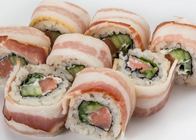 Ez nem a hagyományos sushi: íme egy bacon-be tekert változat