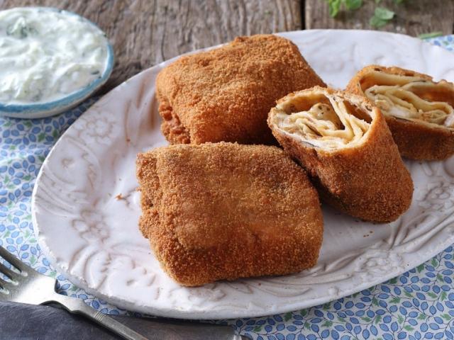 Csirkés-gombás rántott palacsinta görög joghurtos uborkasalátával