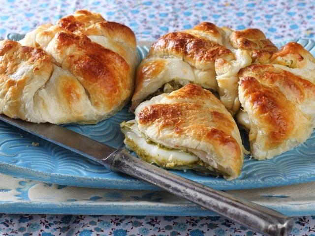Roppanós tésztaburok, olvadozó sajt - egyszerű és nagyszerű vendégváró a leveles batyuban sült camembert