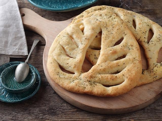 Egyszerű kelt tésztából készült, fűszerektől ízes és rendkívül mutatós: Fougasse, a francia lepénykenyér
