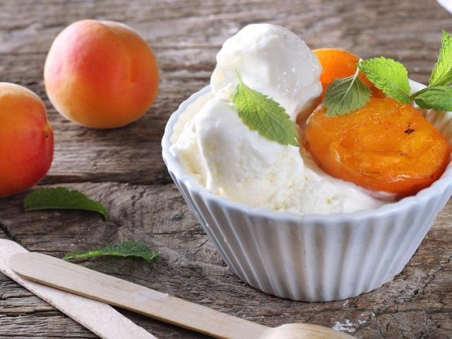 Kalóriaspórolós házi fagyi, amely tejszín nélkül is lágy és krémes: Joghurtos túrófagyi mézes sült barackkal