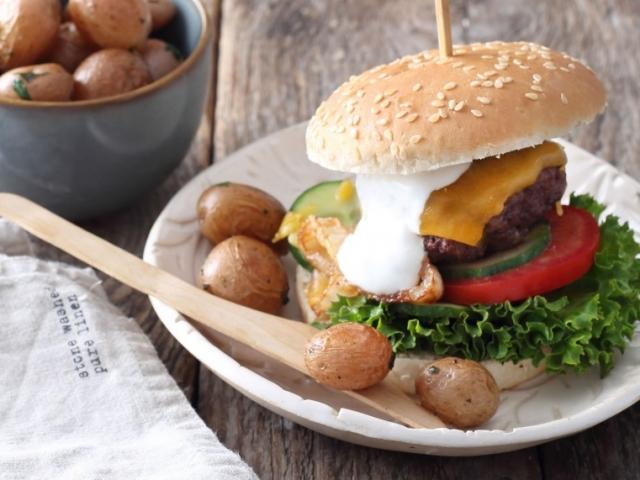 Éljen a hamburger, és ez a jó kis recept!  Cheddar sajtos-sült hagymás marhaburger