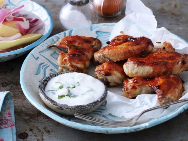 Nyáresti partikaja a javából! Mázas-zöldfűszeres csirkeszárnyak krumplisalátával és brindzás mártogatóval