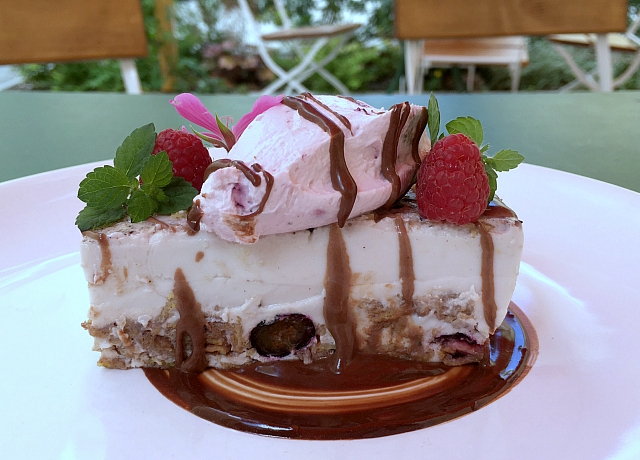 Csoki, áfonya, corn flakes egy sütiben. Elég jó lett Olivér séf legújabb desszertje. Teszteltük.