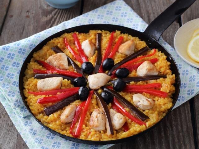Gyönyörű a színe, készülhet hússal, hallal, tenger gyümölcseivel vagy vegetáriánus módon – ez a paella. Ezúttal csirkés.