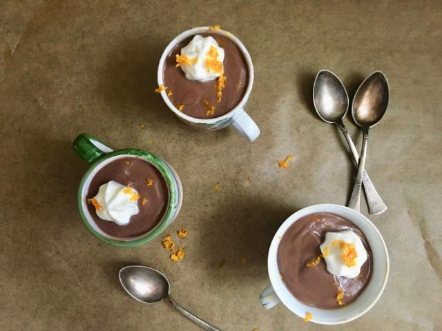 Két okunk is van rá, hogy miért készítsük el ezt az elegáns nevű desszertet. Egyrészt ma van a hivatalos Pot de creme nap, másrészt egyszerű és finom.