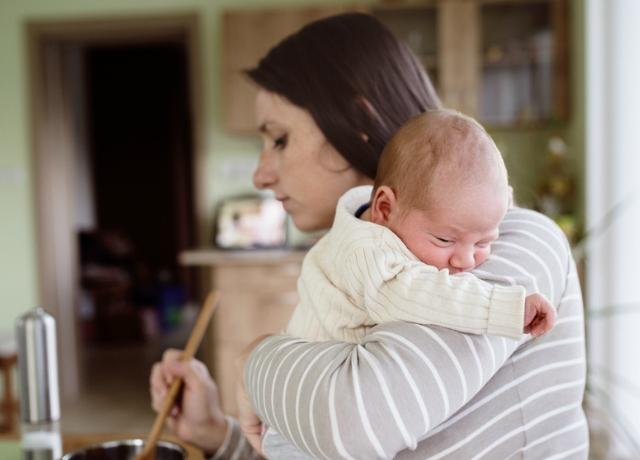 Újszülöttel a konyhában