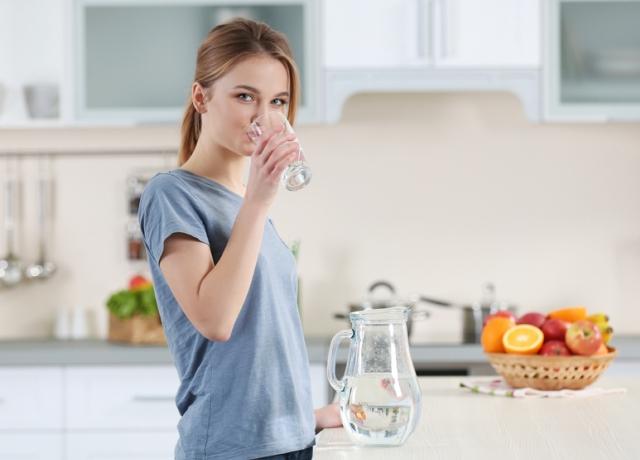Tényleg ragyogó lesz a bőrünk ha rengeteg vizet iszunk?