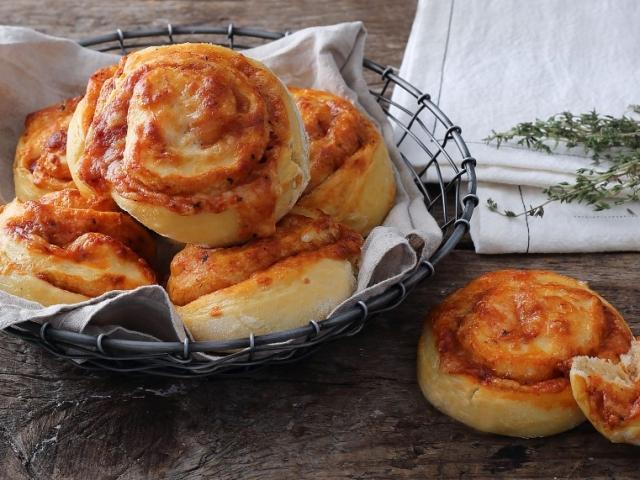 Pihe-puha pizzás csigatészta, sok és sokféle sajttal megtöltve