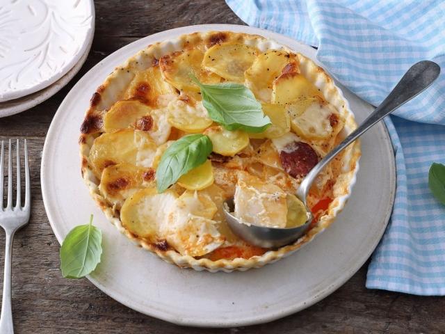 Az egyik legjobb dolog, ami a krumplival történhet: Szuperfinom almás kolbászos burgonya gratin