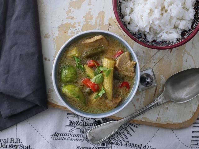Íme egy egzotikusabb csirkés étel, amely jól variálható, fűszeres, zöldséges, melengető...próbáljátok ki!