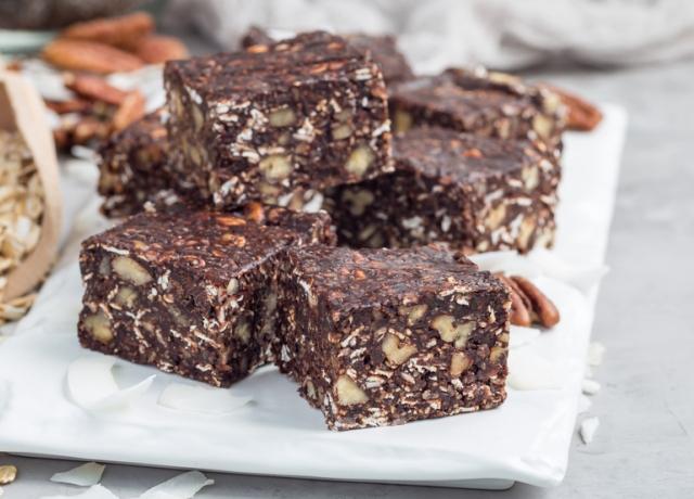 6 hozzávalós, csokival töltött müzli szelet