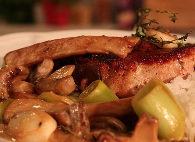 Karaj steak póréhagymával és erdei gombamártással