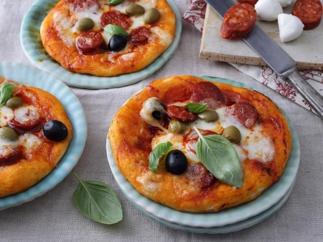 Készítsünk minipizzát és tegyünk a pizzaszószba zsályát, mert tökéletesen harmonizál a kolbásszal!