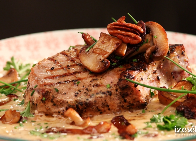 Karaj steak diós gorgonzola mártással, sült gombákkal