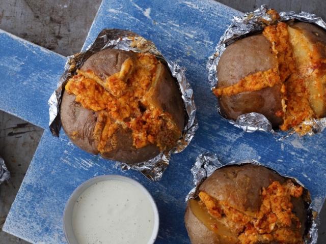 Téli vacsora a javából, igazán laktató: Kolbászkrémes töltött krumpli