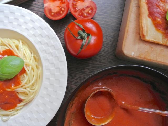 Jöjjön egy finom szósz, amit végtelenül egyszerű elkészíteni: Vajas sült paradicsomszósz