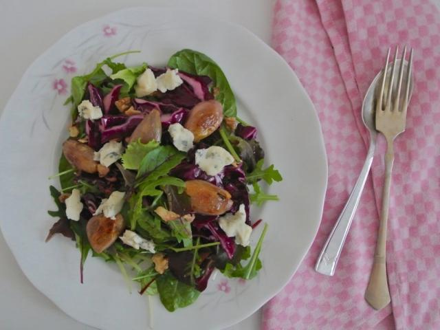Lilakáposzta saláta sült hagymával