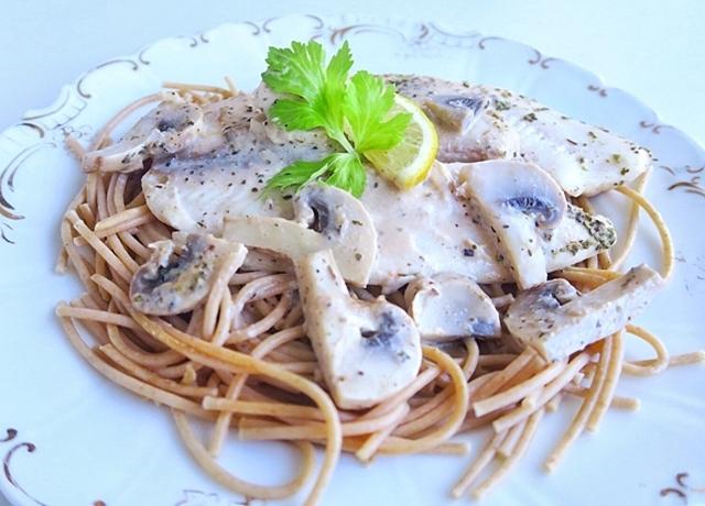 Tejszínes halszeletek spagettiágyon