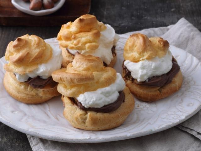Habkönnyű, üreges tészta, lágy tejszínhab és egy-egy jó kanálnyi Nutella, ennyi az egész. És isteni finom!