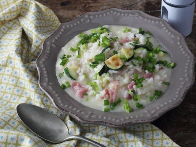Tavaszi sonkás-hagymás rizottó cukkinivel