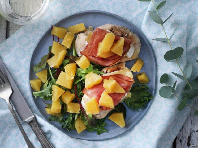Fehérboros csirkemell sonkával, camembert-rel és vele sült ananásszal