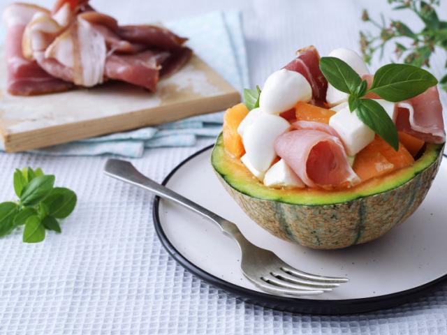 Sárgadinnye saláta sonkával, sajtokkal