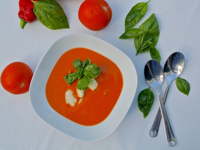 Sült paprikás paradicsom leves kecskesajt galuskával