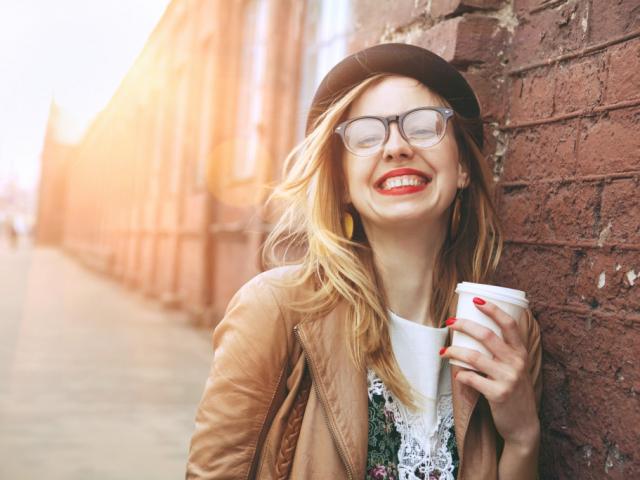 Fehér fogak kávézás mellett is