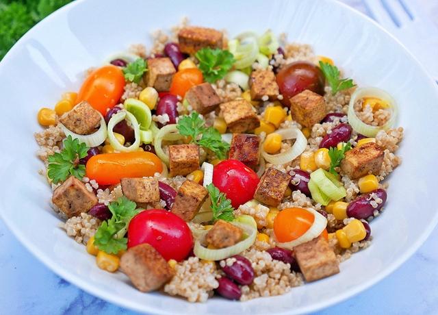 Sült tofus quinoa saláta