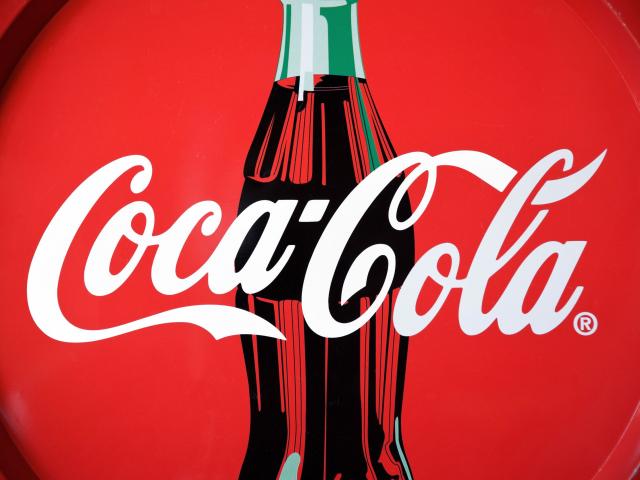 Miért piros a Coca-Cola logója?