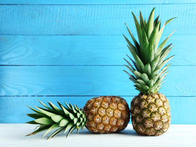 Ettől a videótól őrült meg a Twitter: így is lehet enni ananászt!