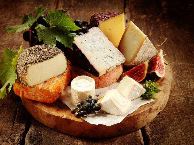 Hogyan kell szakszerűen felszeletelni a különböző fajta sajtokat?