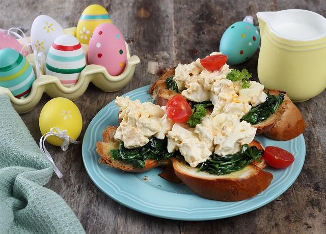 Húsvéti reggeli – fetás tojássaláta spenótos kaláccsal
