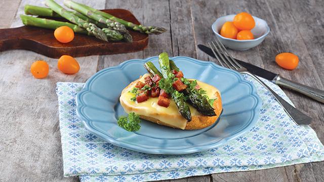 Spárgás-baconös szendvics szeletelt Ammerländer Jadegut sajttal