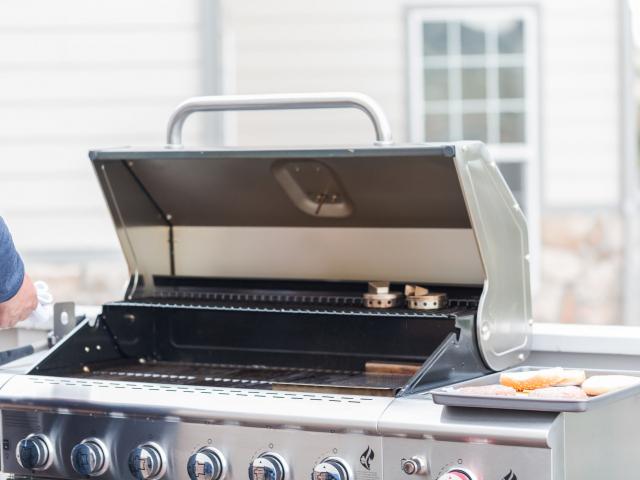 Készüljünk a grillszezonra! Kezdjük a grillsütőnk alapos kitakarításával, mutatjuk, hogy érdemes nekifogni!