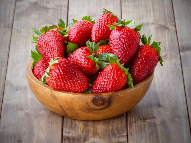 Eper, de nem desszert? Kedvenc tavaszi gyümölcsünk sós ízekkel is remek párost alkot, íme egy csokor ötlet!
