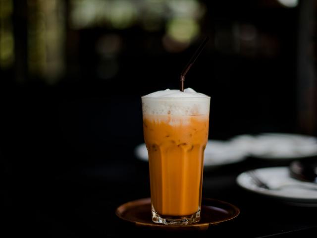 Hamarosan beköszönt a nyár, tárazzunk be hűsítő receptekből! Mutatjuk, hogyan készül a thai jeges tea