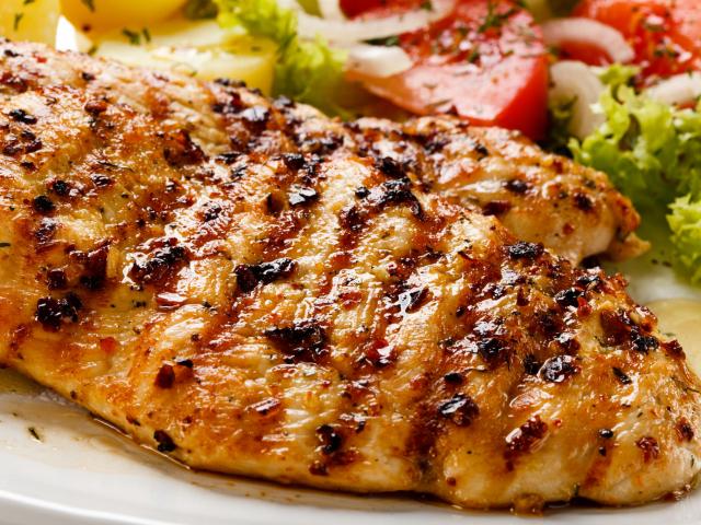 Hogyan nem fog kiszáradni a sült csirkemell?