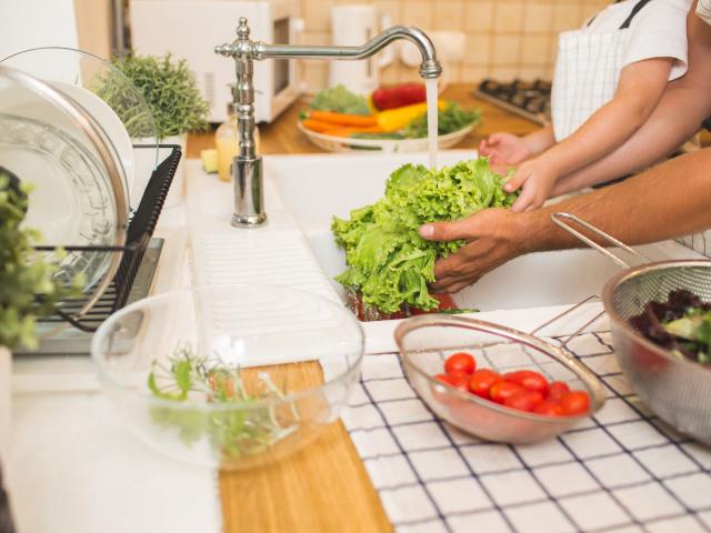 Hogyan célszerű a boltban vásárolt zöldségeket és gyümölcsöket megmosni?