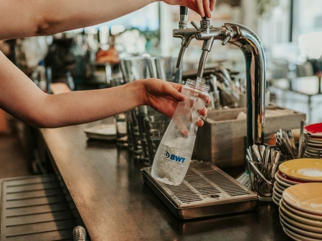 Van kulacsod? Vidd magaddal a hőségben, számos vendéglátóhelyen ingyen feltöltheted szűrt vízzel – íme a (V)ízlelőhely kampány részletei