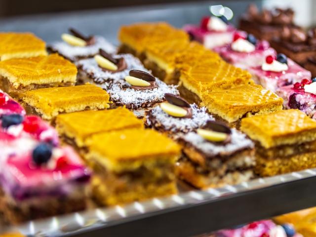 Otthoni ízek és családias hangulat –  Megnyitott a Kemenes Cukrászda és Bisztró a Vámház körúton