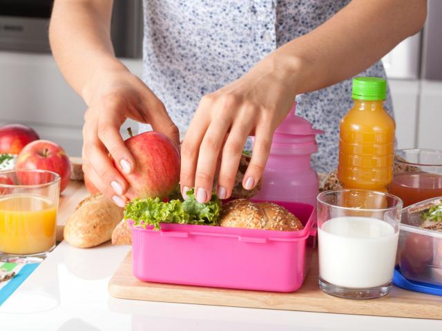 Kezdődik a suli! De mit csomagoljunk az uzsonnás dobozba, ha otthonról viszi az ebédet a gyerek?