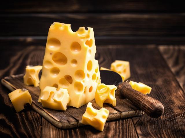 Sajtból van a Hold! De hogy kerülnek a lyukak az ementáli típusú sajtokba?