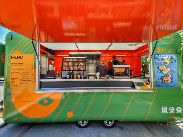 Raclette-ező társadalmi szerepvállalással: elindult a Jupiter, a világ első food truck-ja, amit fogyatékos emberek üzemeltethetnek